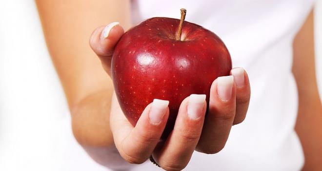 Bir kase yoğurt yiyorsak yanında elma da tüketin