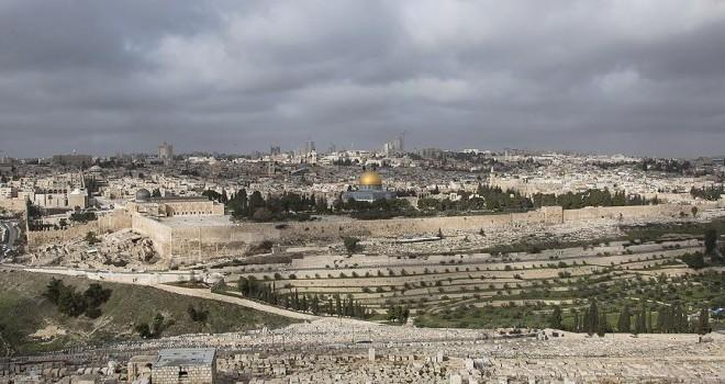 Kudüs'te 'ABD Büyükelçiliği'ni gösteren levhalar yerleştirildi