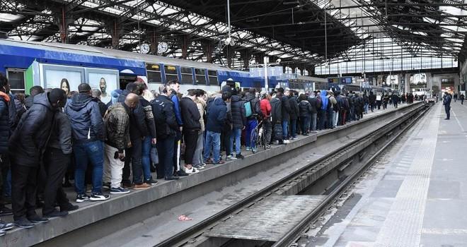 Fransa'daki grevler turizmi olumsuz etkiliyor