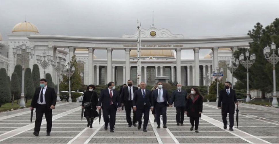 Çavuşoğlu'ndan Türkmenistan Bağımsızlık Anıtı'na ziyaret