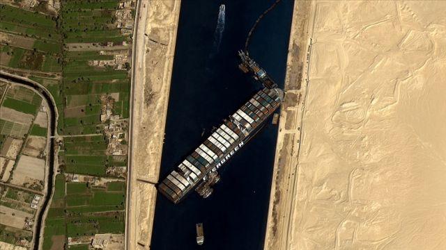 Süveyş Kanalı'nda karaya oturan gemi arka tarafı hareket ettirilerek yüzdürüldü