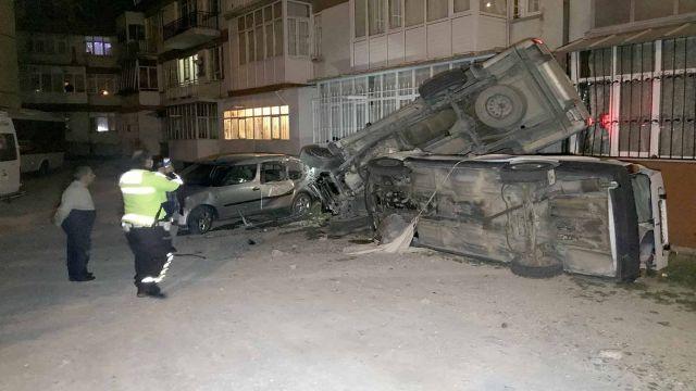 Alkollü sürücünün kullandığı pikap apartmana çarptı