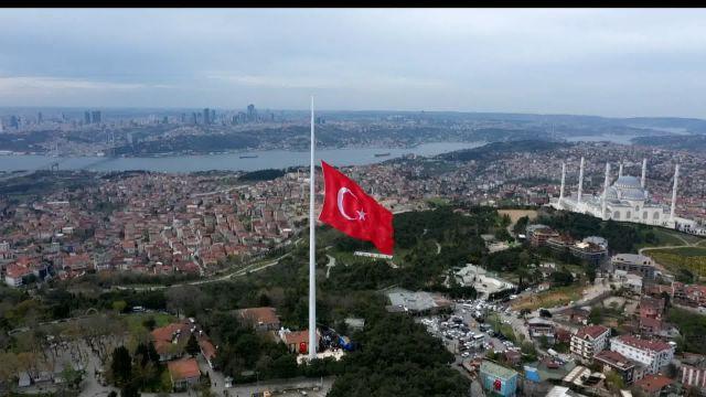 Çamlıca tepesinde dev Türk bayrağı