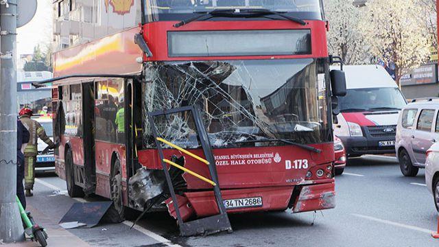 Çift katlı İETT otobüsü kaza yaptı