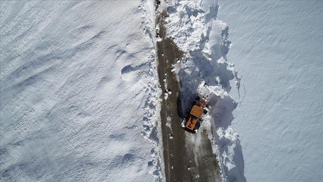 Erzurum'da 'kar kaplanları'nın ilkbahardaki zorlu karla mücadelesi