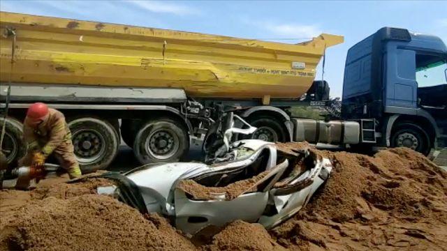Kum yüklü kamyon devrildi