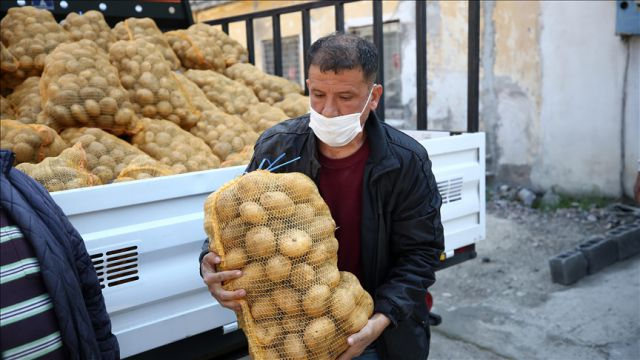 Patatesler Adana'da dağıtılmaya başlandı