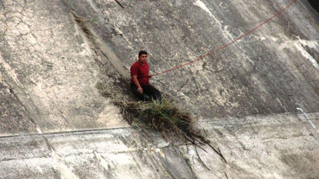 Baraja düşerken otlara tutunarak hayatta kaldı
