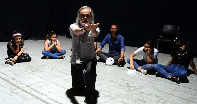 İl il dolaşıp öğrencilere tiyatroyu anlatıyor