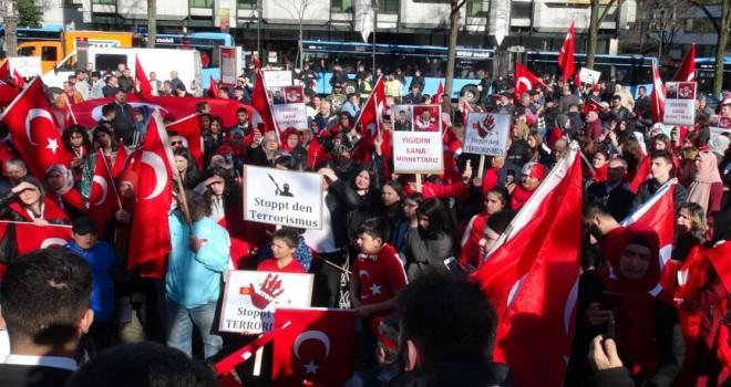 Almanya'daki Türklerden terör karşıtı gösteri