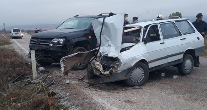 Kamyonetle otomobil çarpıştı: 1 ölü, 2 yaralı