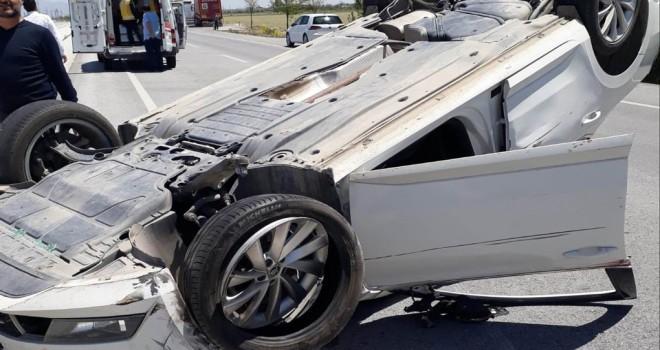 Tıra çarpan otomobil takla attı: 3 yaralı