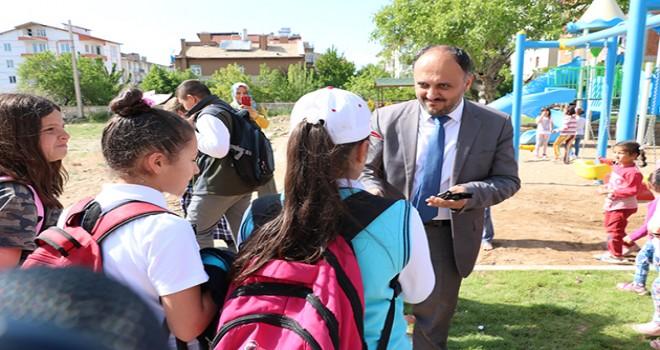 Murat Özaltun, parklarda oynayan çocuklarla buluştu