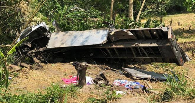 Filipinler'de kamyon uçurumdan yuvarlandı : 20 ölü
