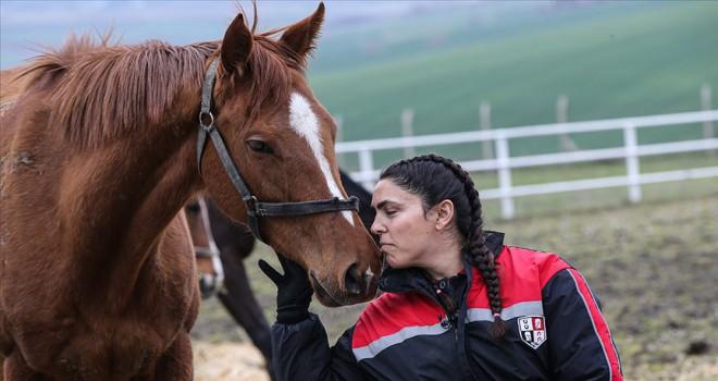 Yarış atlarına 'anne' dokunuşu