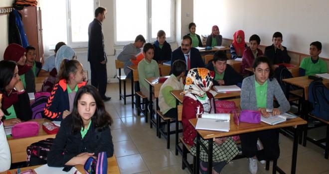 Kaymakamı, öğrencilerle birlikte derse girdi