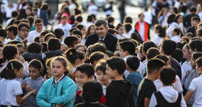 Okulda öğrencilerinin yoluna ışık tutuyor