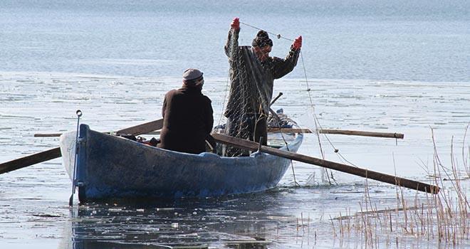 """Beyşehir Gölü'nde """"ekmek"""" buz tutan ağların arasında"""