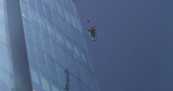 Levent'te plazaya kiloluk camı çekme yöntemi 'pes' dedirtti