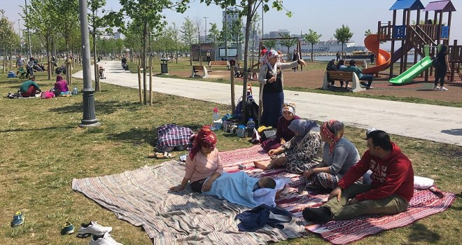 Vatandaşlar sahillere ve parklara akın etti