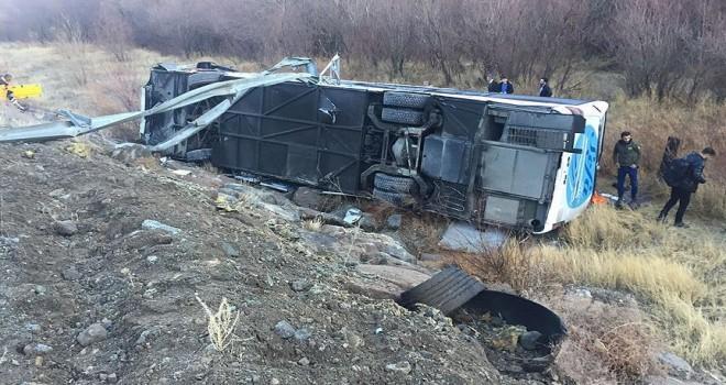 Erzincan'da yolcu otobüsü şarampole devrildi