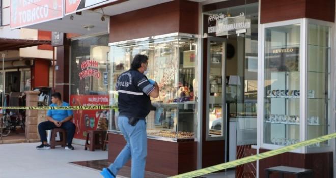 Polis kıyafeti giyen soyguncu, kuyumcuyu soydu