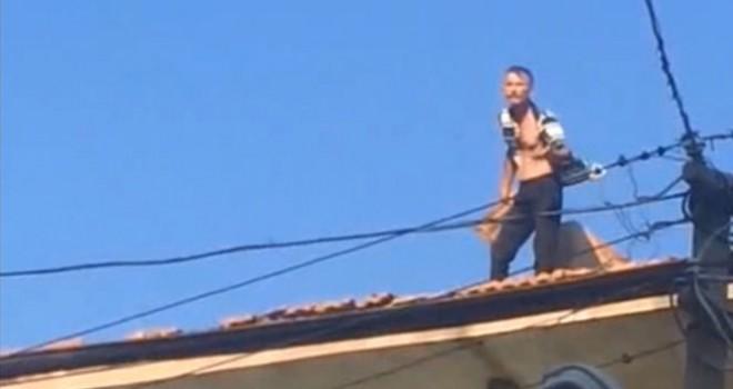 Ev sahibine kızan kiracı kiremitleri fırlattı