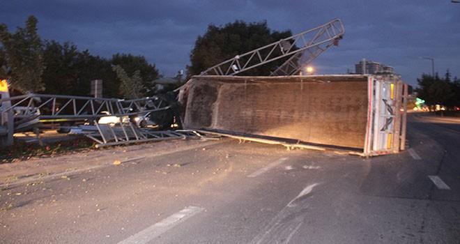 Damperi açık kamyon EDS direğine çarptı