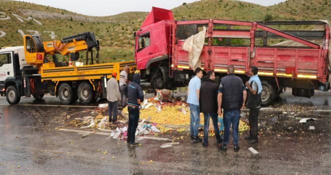 Devrilen kamyona otomobil çarptı