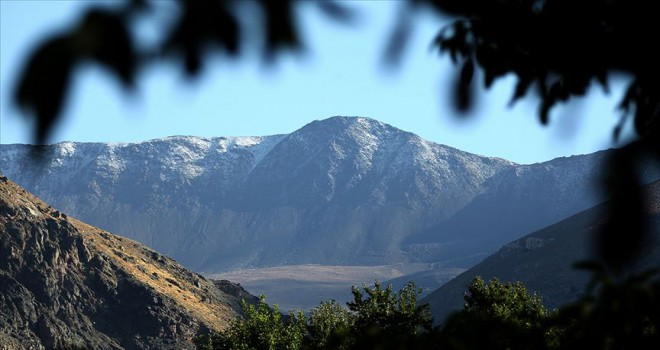 Esence Dağı'na mevsimin ilk karı yağdı