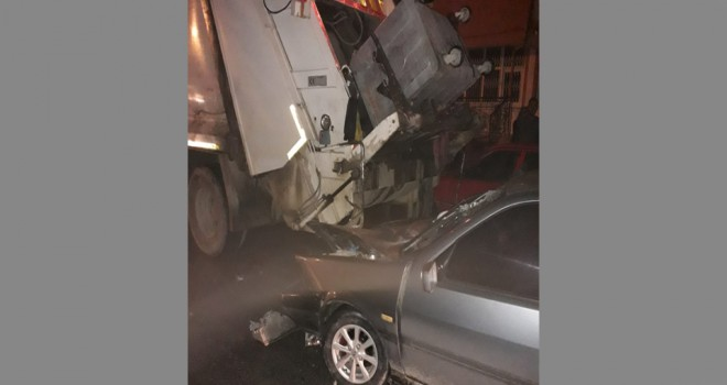 Otomobil çöp kamyonuna çarptı