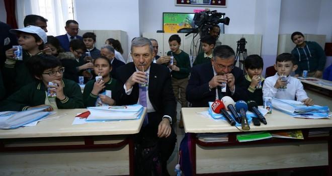 Bakanlar Yılmaz ve Demircan öğrencilere süt dağıttı