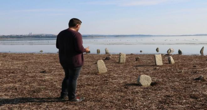 Gölde su çekildi, mezarlık ortaya çıktı