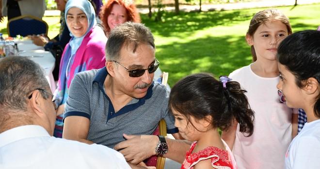 Vali Toprak'tan, çocuklara sevgi dolu kahvaltı