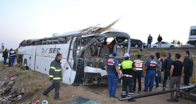 Yolcu otobüsü devrildi ölü ve yaralı var
