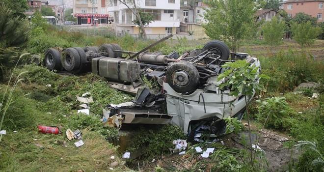 Kocaeli'de kamyonla yolcu otobüsü çarpıştı: 3 yaralı