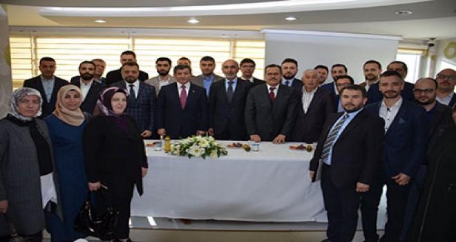 Davutoğlu'ndan  teşkilatlara ziyaret