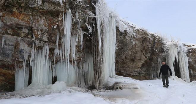 Buz sarkıtları fotoğrafçıların ilgi odağı oldu