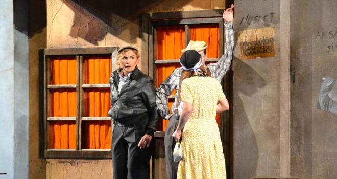 'Şoför Nebahat' tiyatro sahnesinde