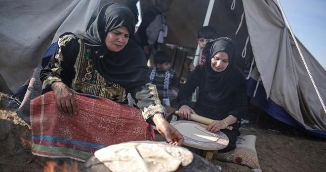 Ekmek yapıp dağıtarak Filistinli göstericilere destek oluyor