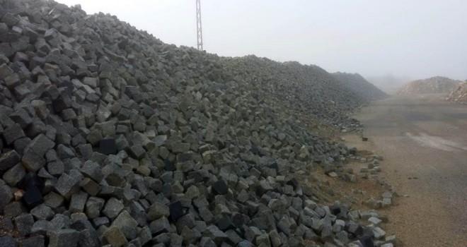Sökülen granit taşlar tarihi sokaklarda değerlendiriliyor