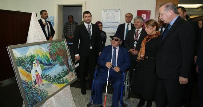 Erdoğan, görme engelli ressam Armağan'ın sergisini gezdi