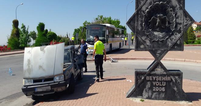 Otomobil ile otobüs çarpıştı: 1 ölü, 3 yaralı