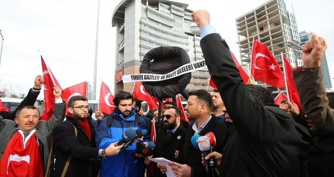 Şehit aileleri CHP'ye siyah çelenk bıraktı