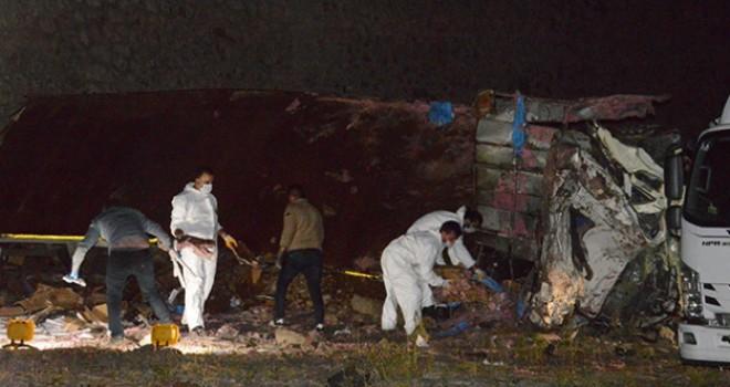 Dinamit yüklü kamyon devrildi: 2 ölü