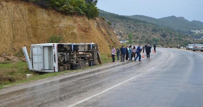 Adana'da öğrenci servisi devrildi: 15 yaralı