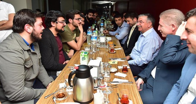 Sahurda öğrencilerle bir araya geldi