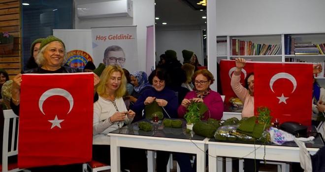 Üsküdarlı kadınların ördükleri bere, eldiven, şapka ve atkılar Mehmetçiğe gönderilecek