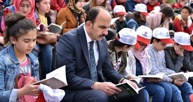 Altay öğrencilerle birlikte kitap okudu