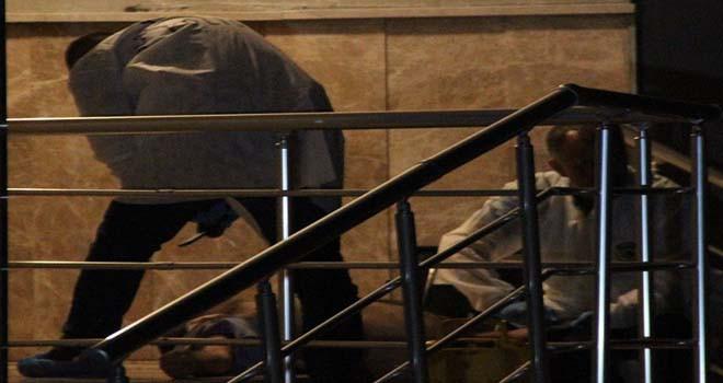 Merdivenlerinde ölü bulundu